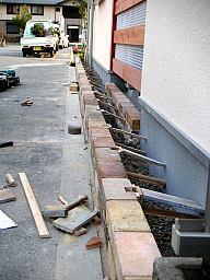 レンガのうえに付くフェンスの柱穴の仮枠